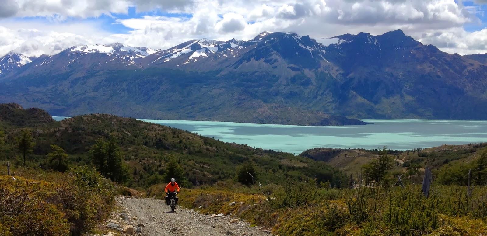 Велосипедист и пейзажи Патагонии
