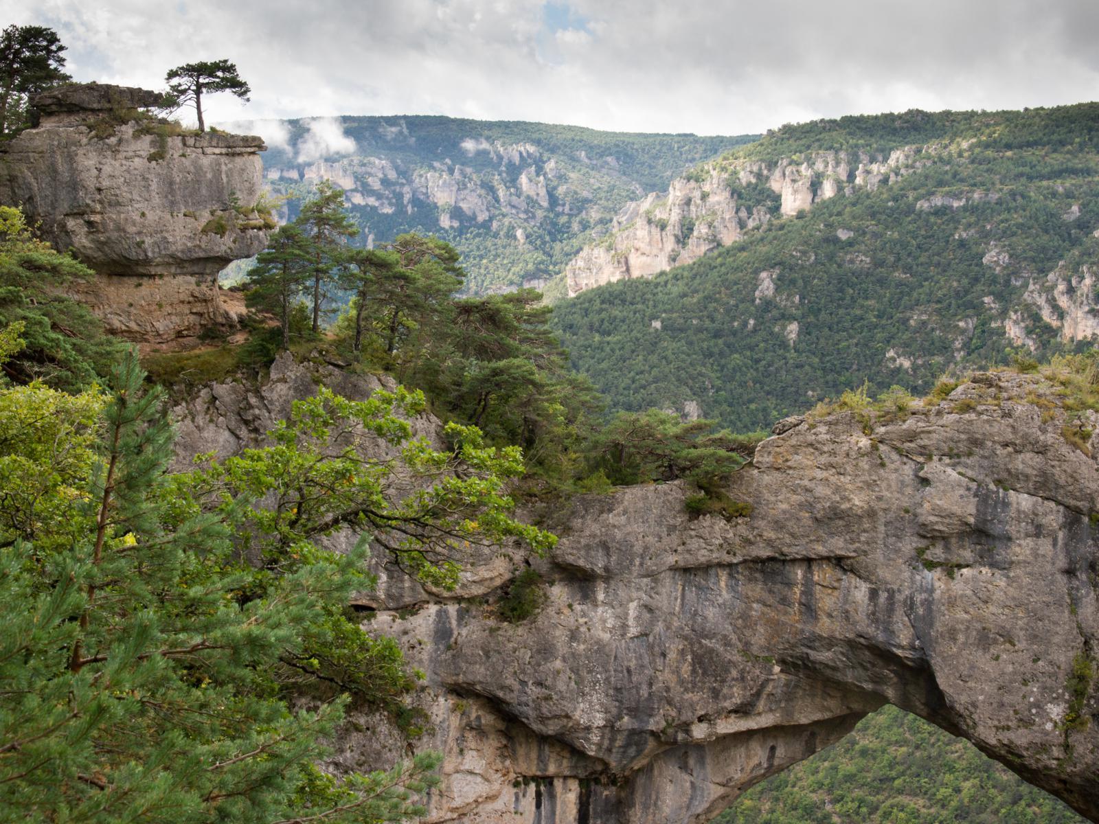 Природная арка над рекой